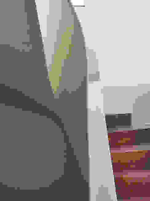 Pasillos, vestíbulos y escaleras modernos de Claude Petarlin Moderno