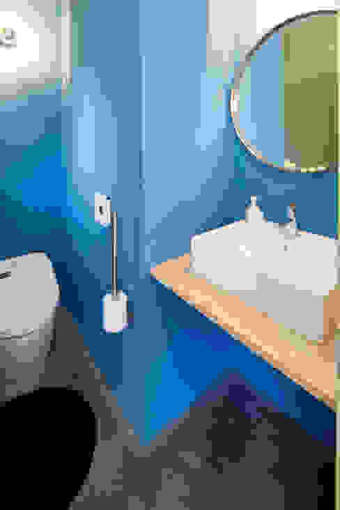 洗面スペース 久保田正一建築研究所 ミニマルスタイルの お風呂・バスルーム 合板(チップボード) 青色
