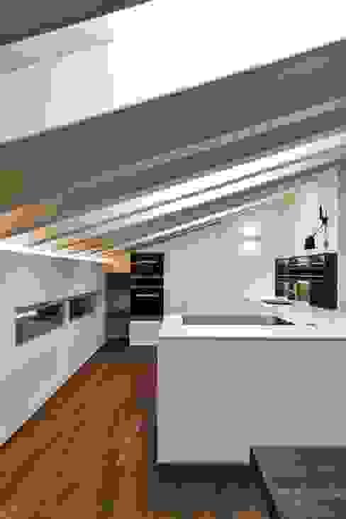 Ristrutturazione e ampliamento sottotetto in collina Claude Petarlin Cucina minimalista Bianco