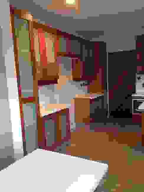 Remodelación de cocina; Cubierta en Cuarzo Beige; Muebles en Lamitech combinados con Vidrio. de MueblesIVS Clásico Madera Acabado en madera