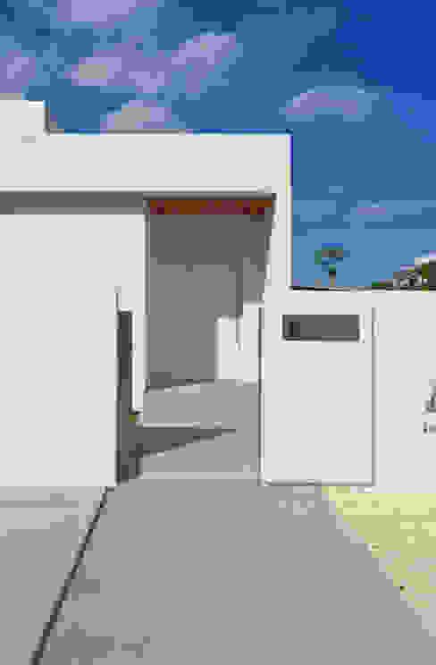 全体が浮かぶ家 久友設計株式会社 ミニマルスタイルの 玄関&廊下&階段