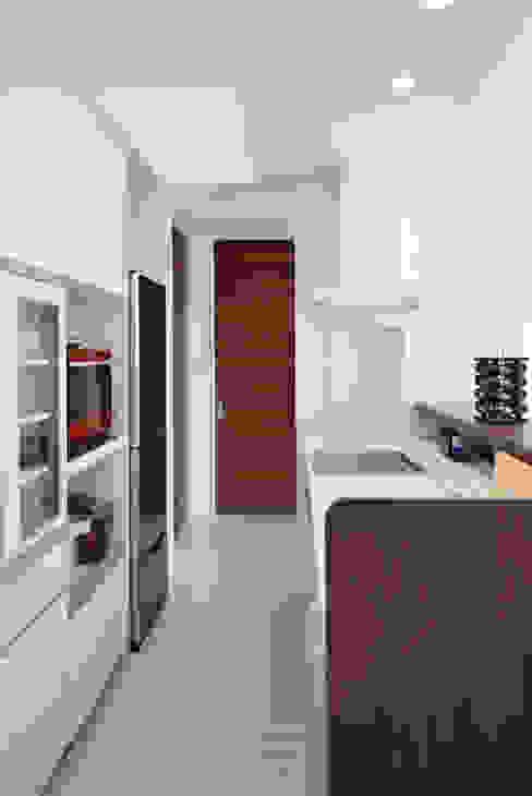 全体が浮かぶ家 久友設計株式会社 ミニマルデザインの キッチン