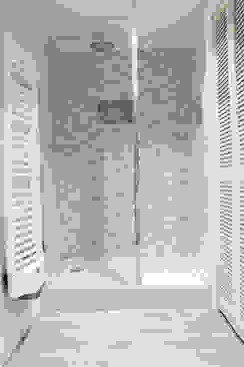 douche: Salle de bains de style  par Agence ADI-HOME