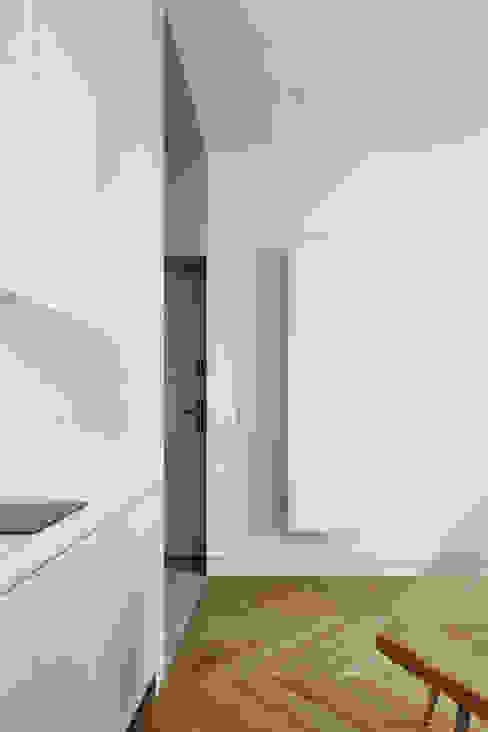 Daniel Apartment by BLACKHAUS Minimalist Wood Wood effect