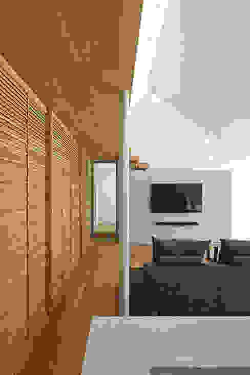 Ruang Keluarga Modern Oleh 空間建築-傳 Modern