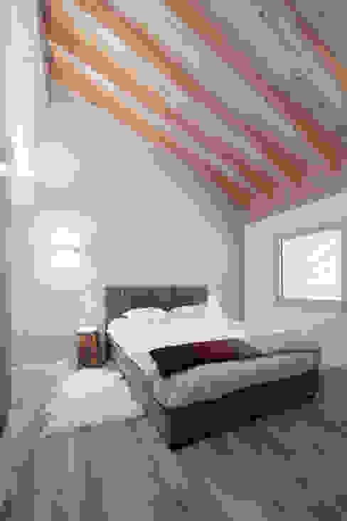 Projekty,  Sypialnia zaprojektowane przez Mood Interieur, Rustykalny Drewno O efekcie drewna