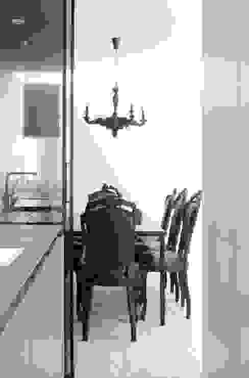 Minimalist kitchen by l i n e a r c h i t e c t s Minimalist