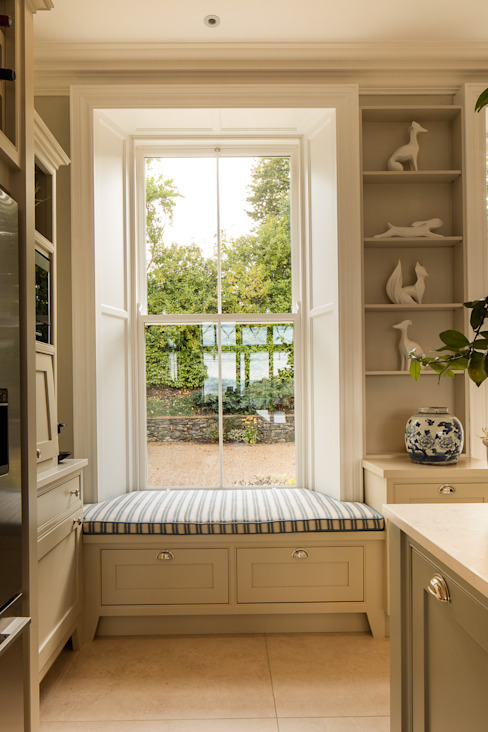 Classical elegant frontage with a more relaxed facade towards the sea:  Kitchen by Des Ewing Residential Architects,