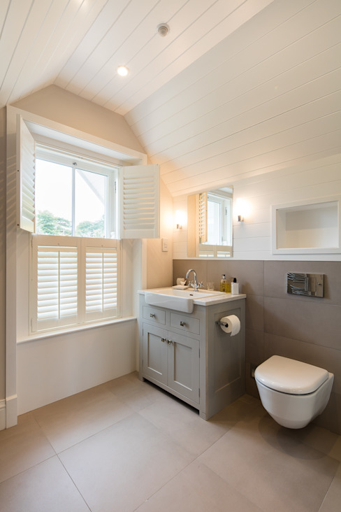 Classical elegant frontage with a more relaxed facade towards the sea Classic style bathroom by Des Ewing Residential Architects Classic