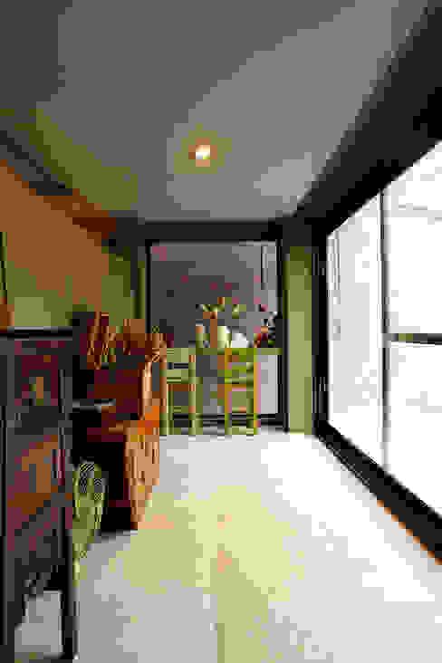 Asian style corridor, hallway & stairs by 戎馬整合設計 Asian