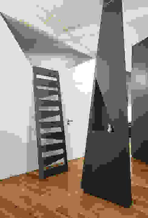 Apartment XIV Modern Corridor, Hallway and Staircase by STUDIO RAZAVI ARCHITECTURE Modern