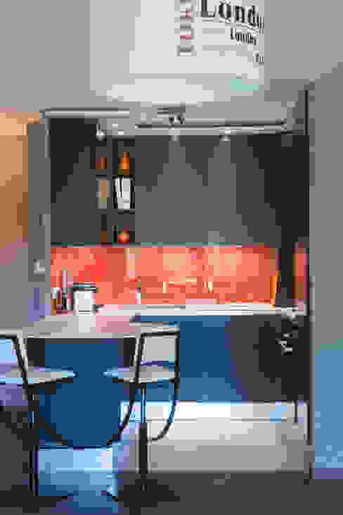 Cuisine orange laqué modèle Sigma, ouverte sur salon, style chic et moderne Cuisine minimaliste par LA CUISINE DANS LE BAIN SK CONCEPT Minimaliste