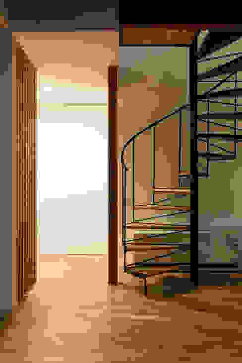 Hành lang, sảnh & cầu thang phong cách hiện đại bởi 遠藤誠建築設計事務所(MAKOTO ENDO ARCHITECTS) Hiện đại