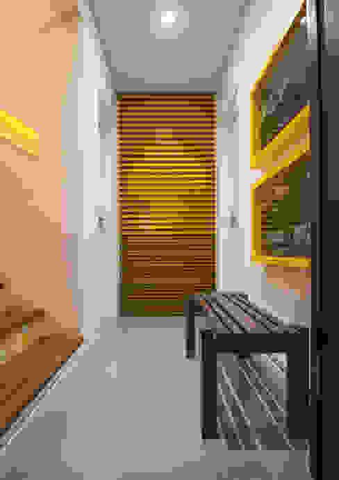 Studio Leonardo Muller Pasillos, vestíbulos y escaleras de estilo moderno Tablero DM Amarillo