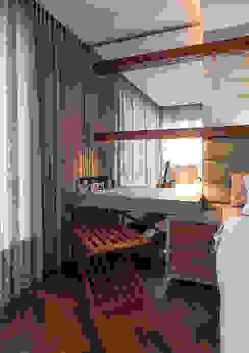 Suíte do Casal Quartos modernos por Studio Leonardo Muller Moderno Madeira Efeito de madeira