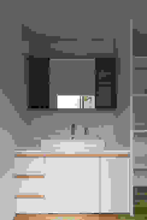 Modern bathroom by 安江怜史建築設計事務所 Modern