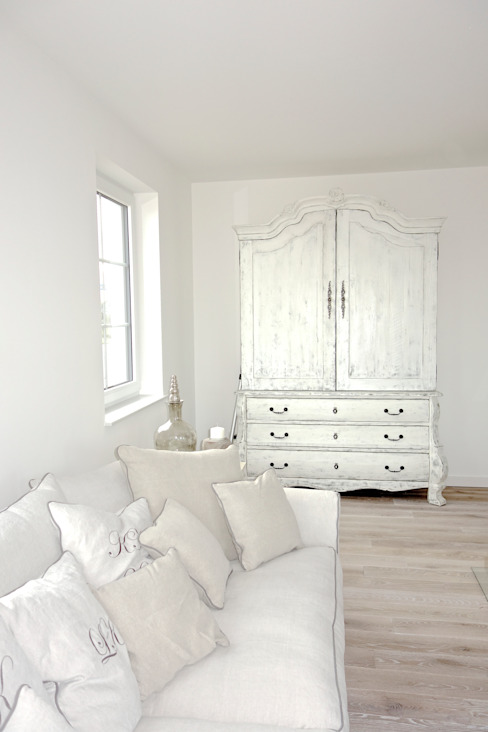 homify Living room Solid Wood White