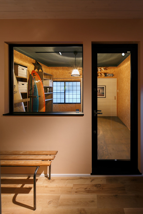 HOUSE-04(renovation) dwarf クラシックデザインの ガレージ・物置