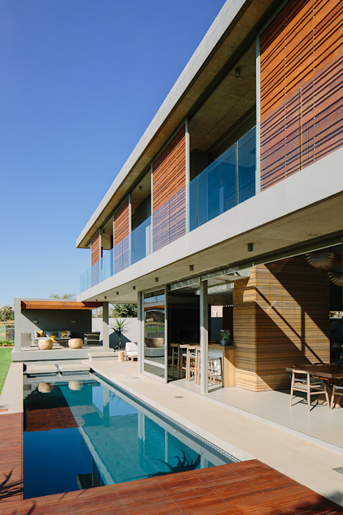 House Serengeti:  Houses by www.mezzanineinteriors.co.za