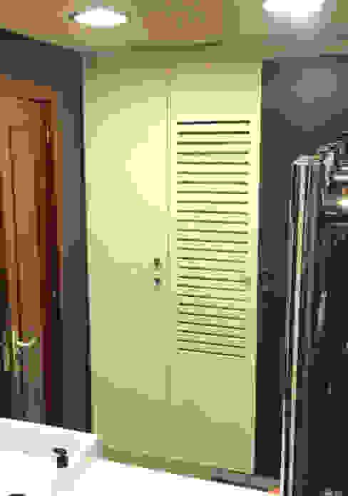 Bathrobe Cabinet Casas de banho clássicas por XTid Associates Clássico