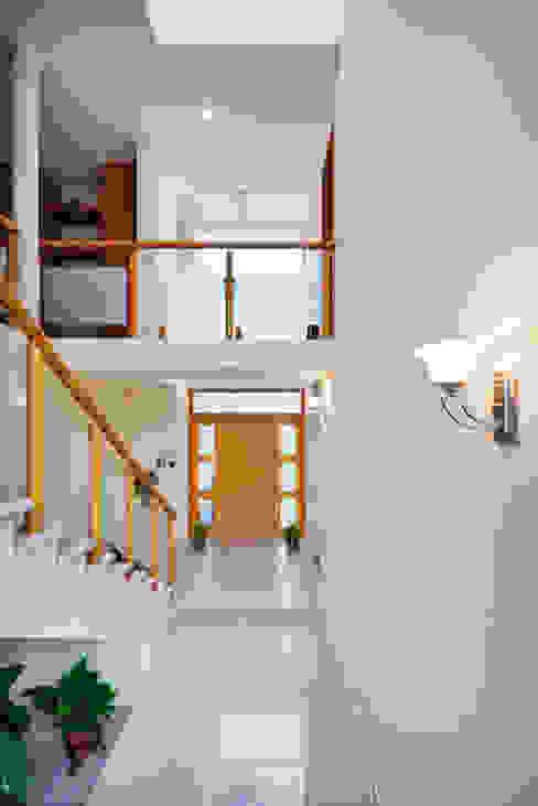 DOBLE ALTURA Pasillos, vestíbulos y escaleras minimalistas de Excelencia en Diseño Minimalista Concreto