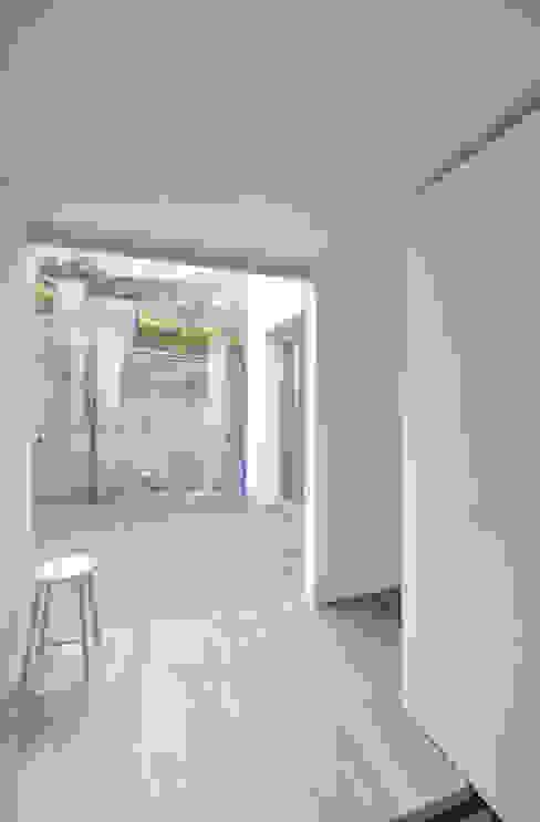 SMZT-HOUSE モダンスタイルの 玄関&廊下&階段 の 門一級建築士事務所 モダン