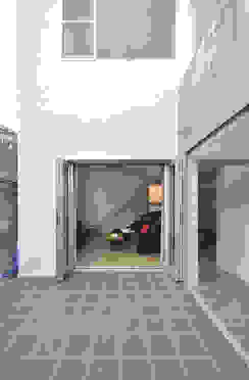SMZT-HOUSE モダンデザインの テラス の 門一級建築士事務所 モダン タイル