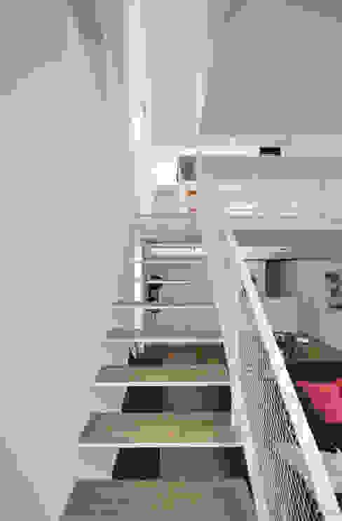 ห้องโถงทางเดินและบันไดสมัยใหม่ โดย 門一級建築士事務所 โมเดิร์น เหล็ก