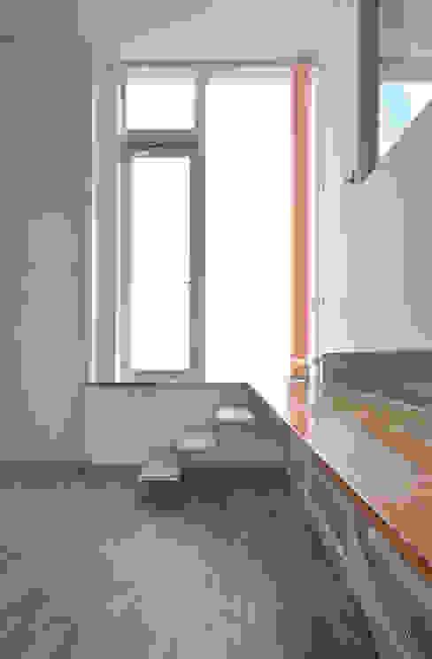 SMZT-HOUSE モダンデザインの 多目的室 の 門一級建築士事務所 モダン 木 木目調