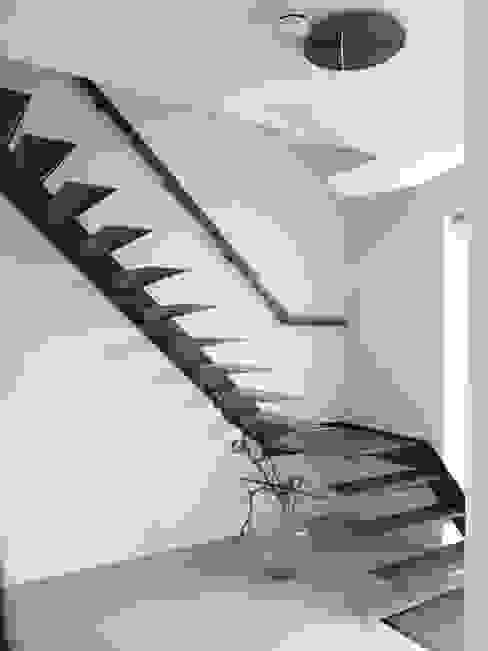 Modern Corridor, Hallway and Staircase by Villa Delphia Modern