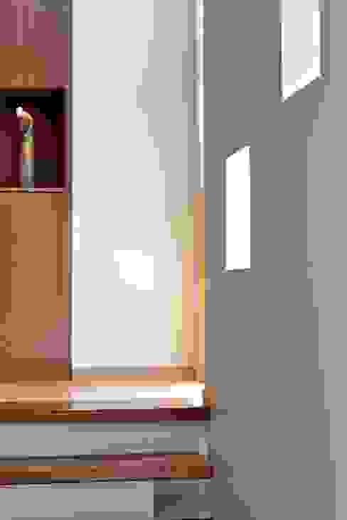 Moderne gangen, hallen & trappenhuizen van E3 Architecture Inc. Modern