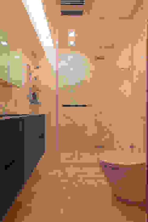 Banheiros  por 珞石設計 LoqStudio , Moderno