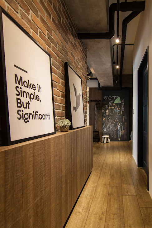 Industrialny korytarz, przedpokój i schody od 珞石設計 LoqStudio Industrialny