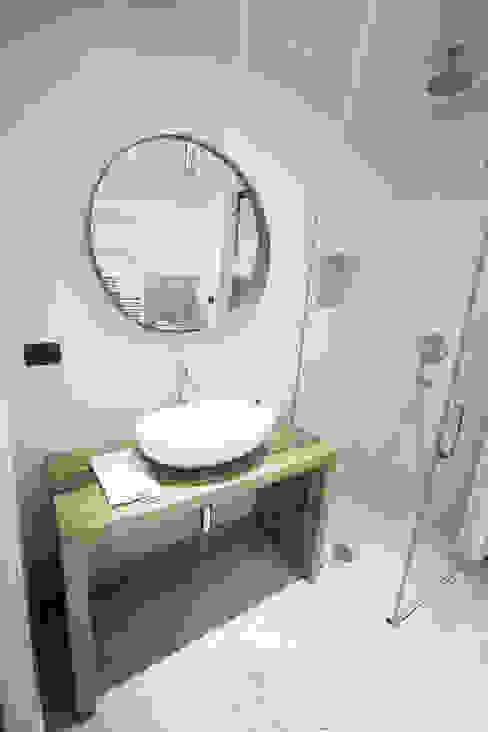 enrico massaro architetto Phòng tắm phong cách hiện đại Gỗ