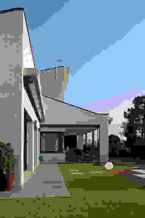 Fachada Piscina Casas modernas de Atres Arquitectes Moderno Ladrillos