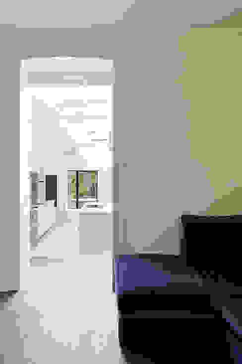 The Slate House Gundry & Ducker Architecture Modern living room Wood White