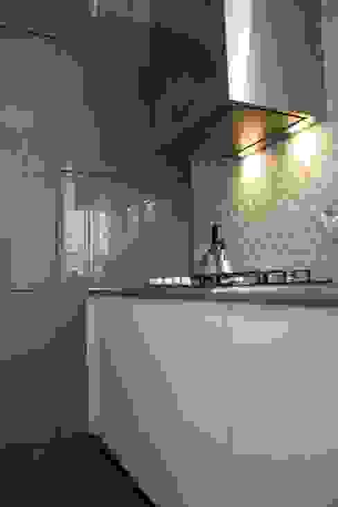 Vista della Cucina OficinaVivienda _ architettura I interior design Cucina moderna Grigio