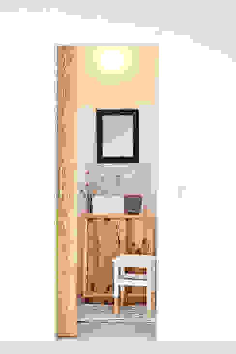 Detalhe do conjunto do lavatório, instalação sanitária Casas de banho rústicas por Arkstudio Rústico
