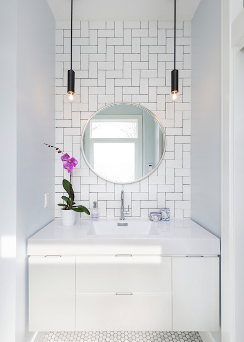 Ensuite Bathroom with Custom Tile Pattern Modern bathroom by STUDIO Z Modern
