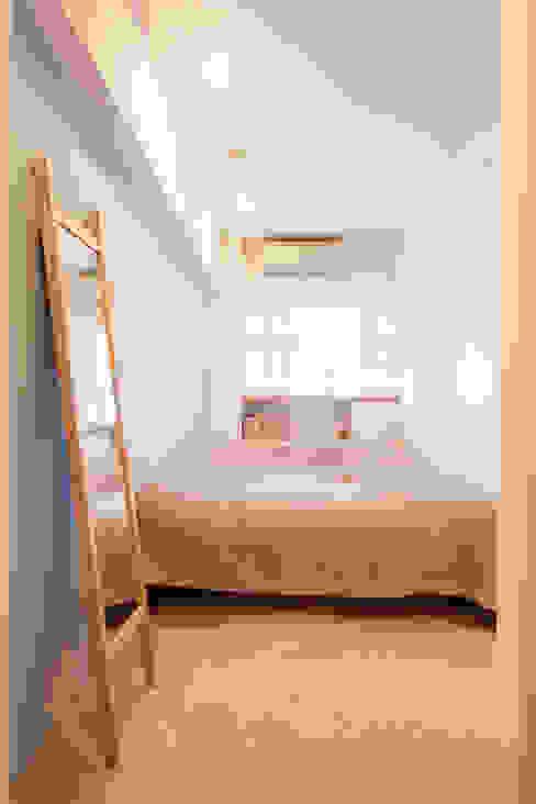 U邸-築18年、使っていない「倉庫」を整理した モダンスタイルの寝室 の 株式会社ブルースタジオ モダン