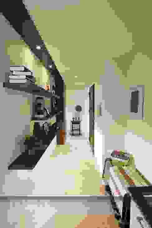 Modern corridor, hallway & stairs by 中孚 設計 / FRANKFU INERIOR DESIGN Modern
