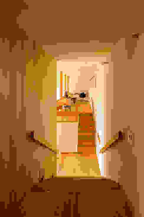 Couloir, entrée, escaliers originaux par 中山大輔建築設計事務所/Nakayama Architects Éclectique