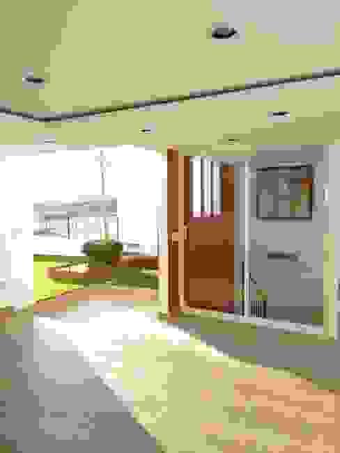 SALA DE ESTAR Y JARDÍN EN AZOTEA Balcones y terrazas modernos de Arqca Moderno