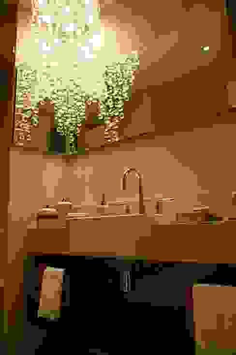 Lavabo moderno e luxuoso MBDesign Arquitetura & Interiores Banheiros ecléticos