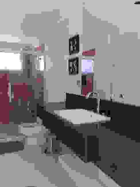 Banheiros simples e econômicos Banheiros ecléticos por MBDesign Arquitetura & Interiores Eclético