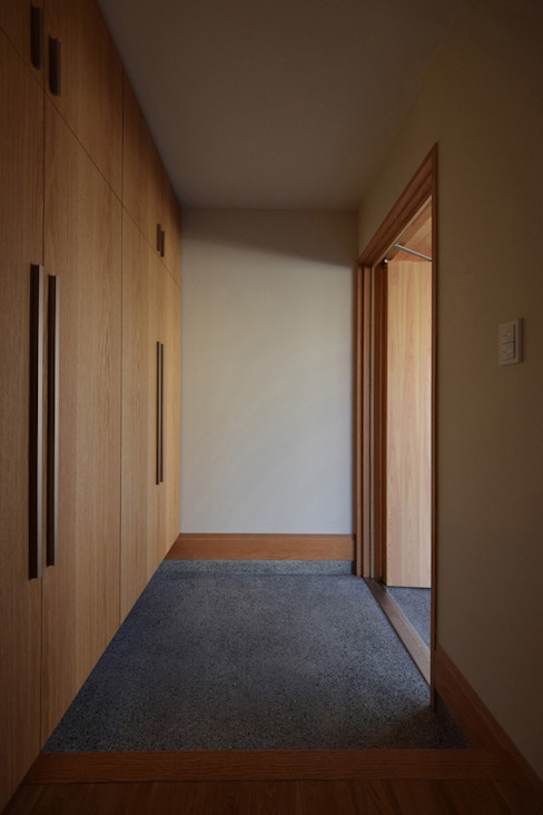 Pasillos, vestíbulos y escaleras eclécticos de Snowdesignoffice Ecléctico