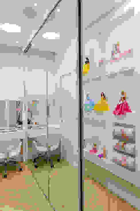 Phòng thay đồ phong cách hiện đại bởi Arquiteto Aquiles Nícolas Kílaris Hiện đại
