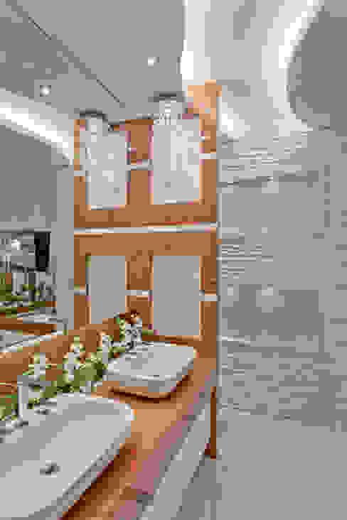 Phòng tắm phong cách hiện đại bởi Arquiteto Aquiles Nícolas Kílaris Hiện đại Đá hoa