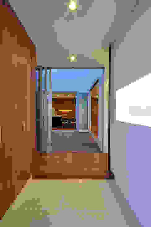 YSM-HOUSE: 門一級建築士事務所が手掛けた廊下 & 玄関です。,モダン 木 木目調