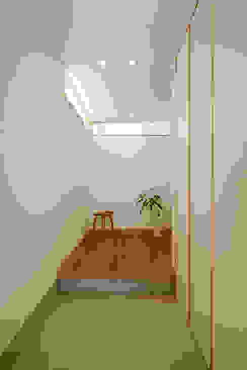 株式会社kotori Modern corridor, hallway & stairs